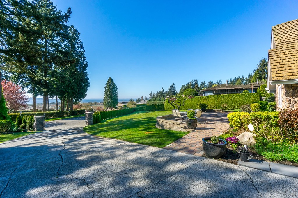 Photo 4: 12807 SOUTHRIDGE Drive in Surrey: Panorama Ridge House for sale : MLS(r) # R2138165