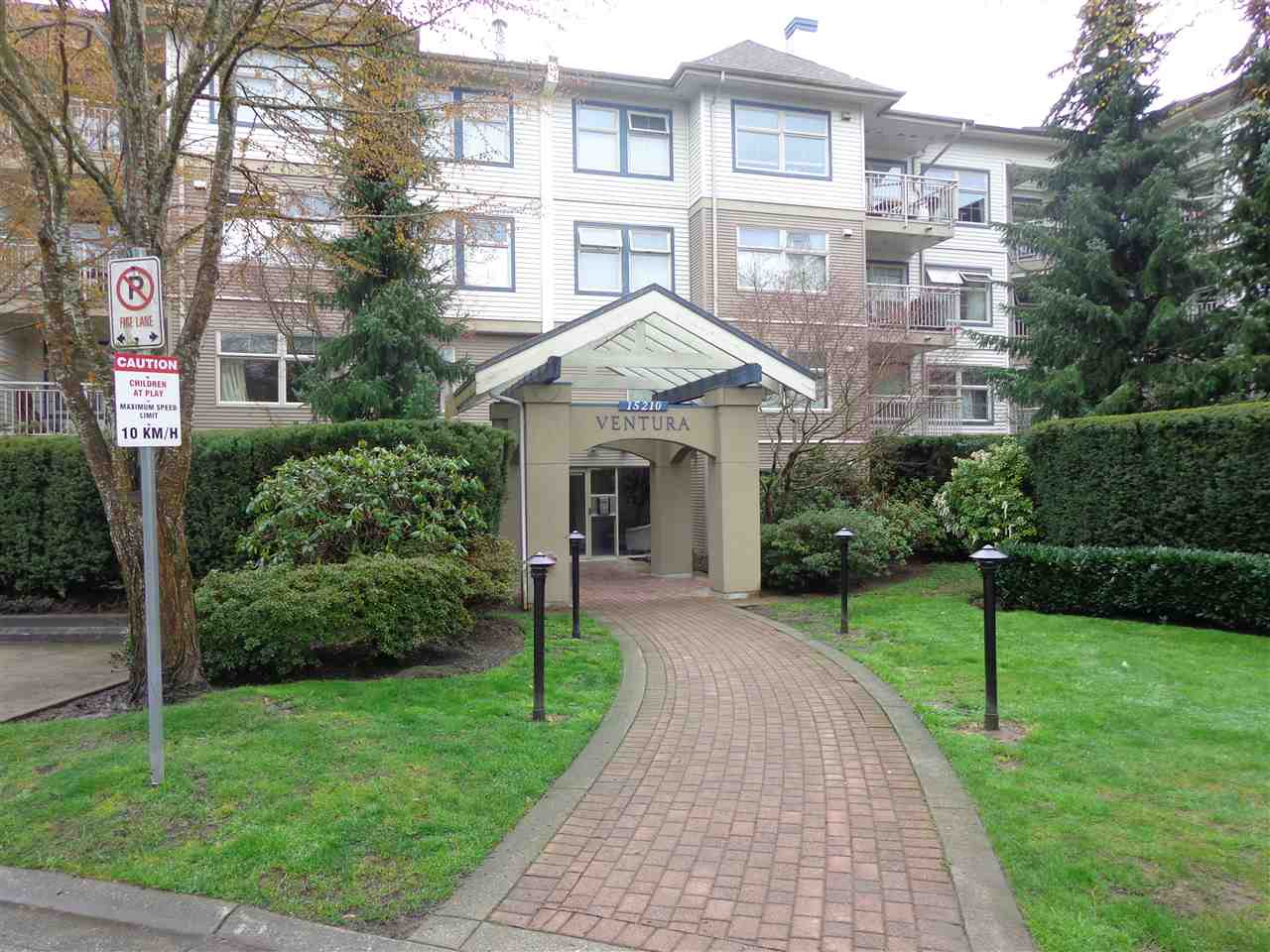 "Main Photo: 107 15210 GUILDFORD Drive in Surrey: Guildford Condo for sale in ""BOULEVARD CLUB"" (North Surrey)  : MLS® # R2155396"