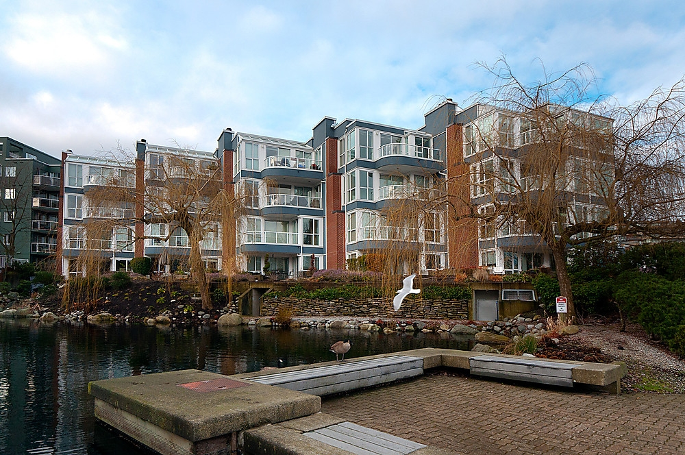 "Main Photo: 405 1551 MARINER Walk in Vancouver: False Creek Condo for sale in ""THE LAGOONS"" (Vancouver West)  : MLS(r) # V870218"