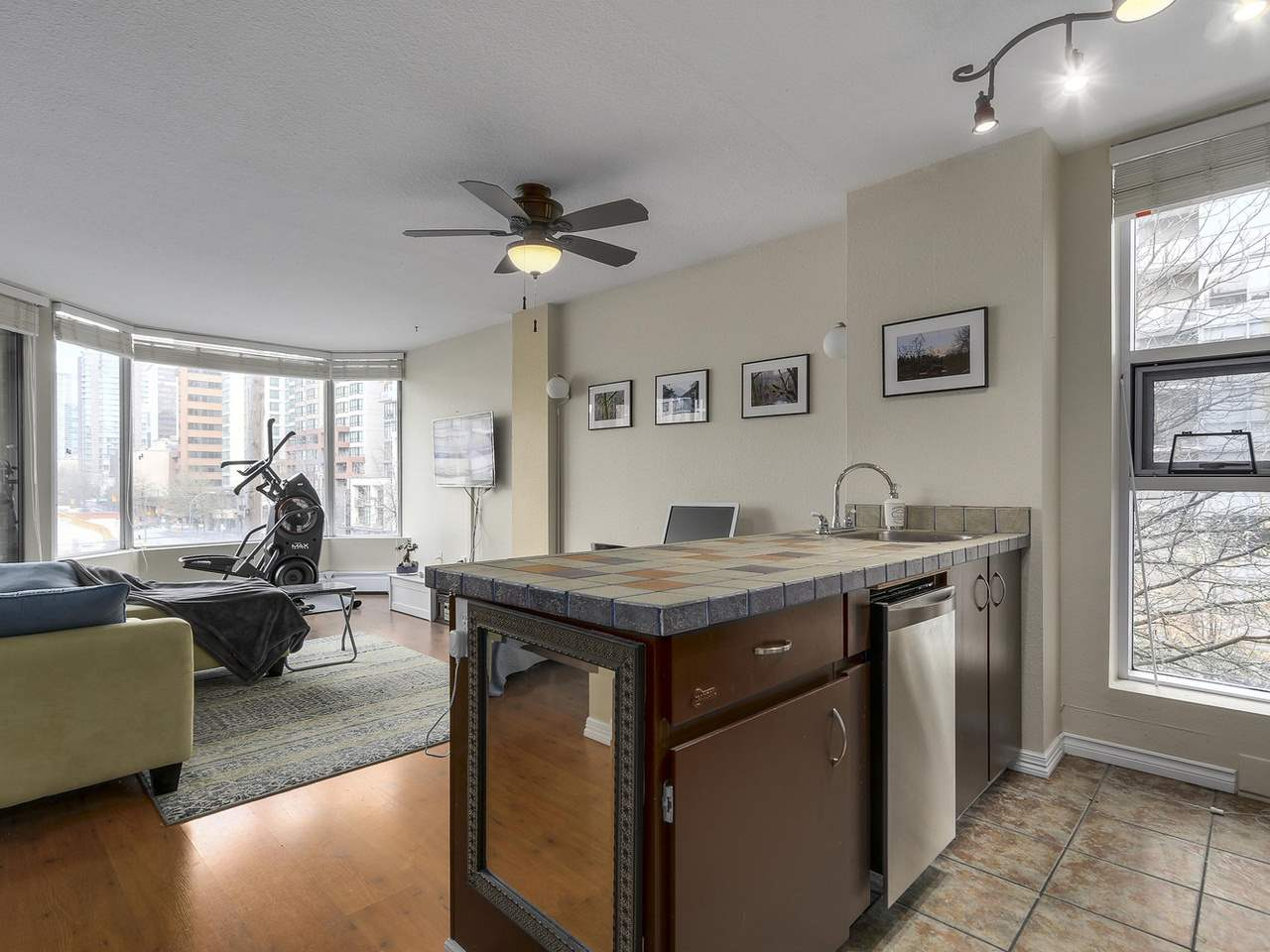 "Main Photo: 401 950 DRAKE Street in Vancouver: Downtown VW Condo for sale in ""ANCHOR POINT II"" (Vancouver West)  : MLS(r) # R2123759"