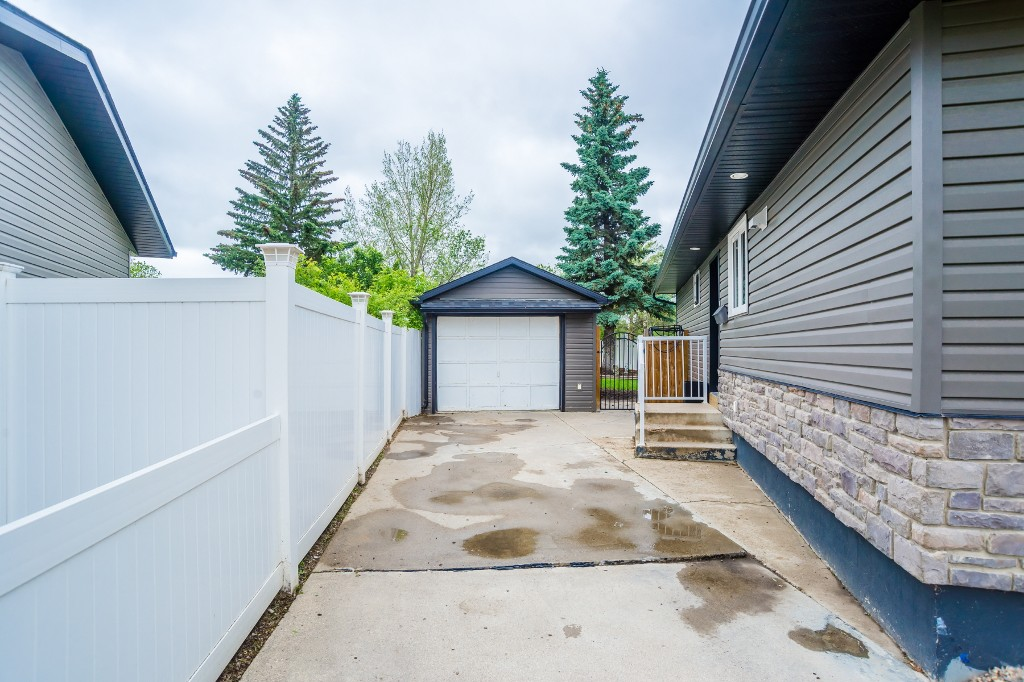 Photo 33: 633 Douglas Crescent in Saskatoon: Confederation Park Residential for sale : MLS(r) # SK615117