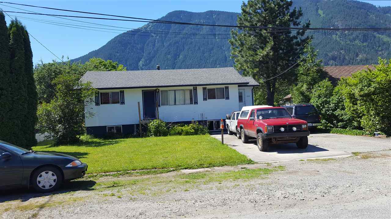 Main Photo: 260 CARIBOO Avenue in Hope: Hope Center House for sale : MLS® # R2184898