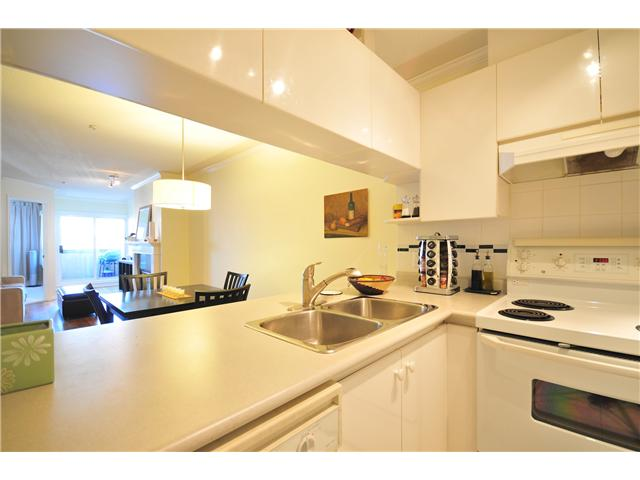 "Photo 5: 211 3638 W BROADWAY Street in Vancouver: Kitsilano Condo  in ""CORAL COURT"" (Vancouver West)  : MLS(r) # V871105"