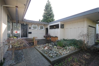 "Main Photo: 15530 THRIFT Avenue: White Rock House for sale in ""White Rock"" (South Surrey White Rock)  : MLS®# R2035258"