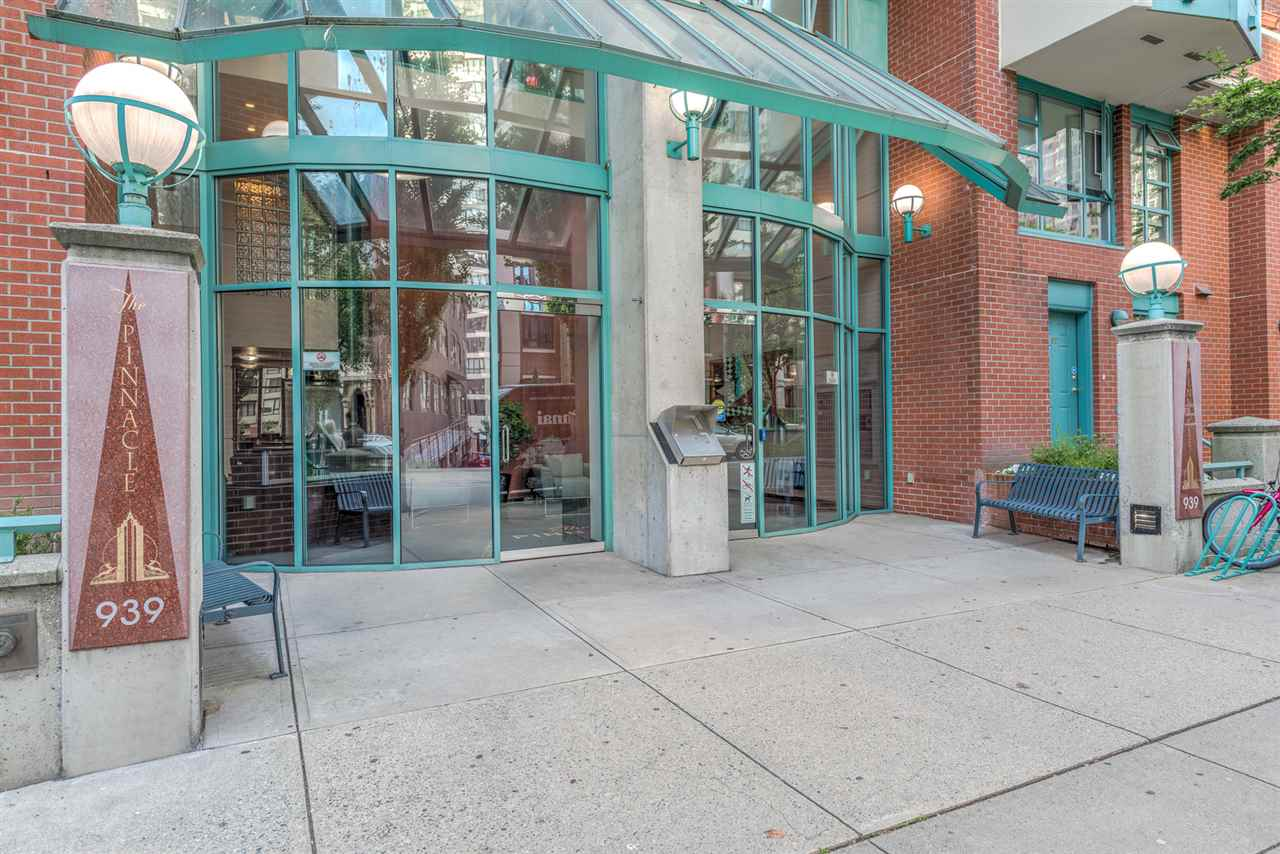 "Photo 2: 1204 939 HOMER Street in Vancouver: Yaletown Condo for sale in ""THE PINNACLE"" (Vancouver West)  : MLS® # R2204695"