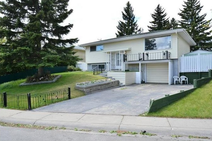 Main Photo: 7407 HUNTERTOWN Crescent NW in Calgary: Huntington Hills House for sale : MLS(r) # C4118081