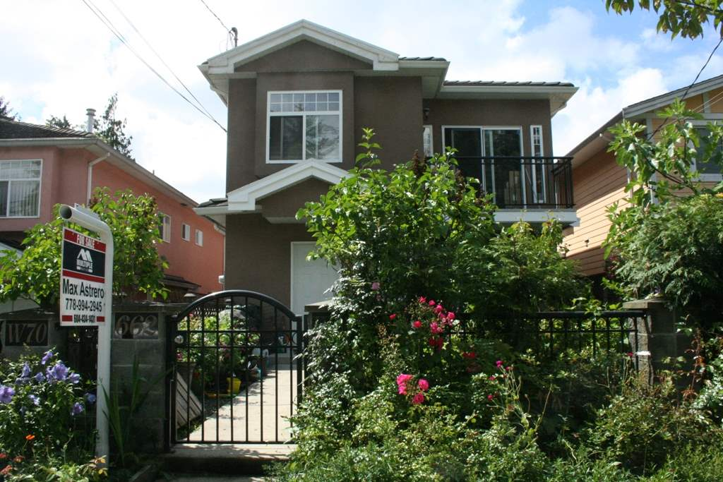 Front unit half-duplex with great curbside appeal and situated in prime area.