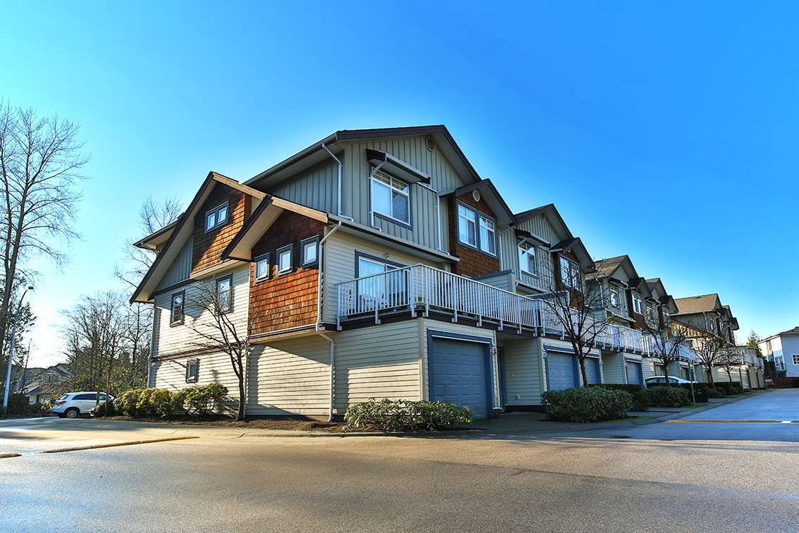 "Photo 1: Photos: 50 16588 FRASER Highway in Surrey: Fleetwood Tynehead Townhouse for sale in ""Castle Pines"" : MLS® # R2227608"