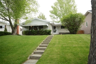 Main Photo: 4716 CHAPEL Road NW in Calgary: Charleswood House for sale : MLS(r) # C4118313
