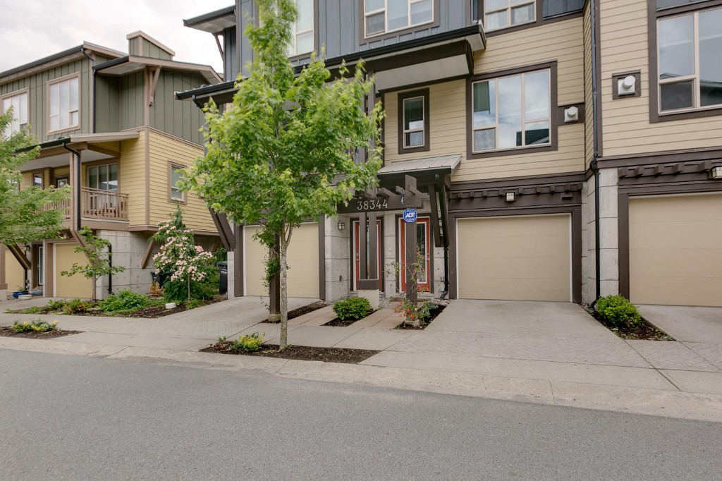 "Main Photo: 38344 EAGLEWIND Boulevard in Squamish: Downtown SQ Townhouse for sale in ""Eaglewind-Streams"" : MLS®# R2178583"