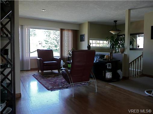 Photo 3: 569 Peto Place in VICTORIA: SW Glanford Single Family Detached for sale (Saanich West)  : MLS(r) # 267608