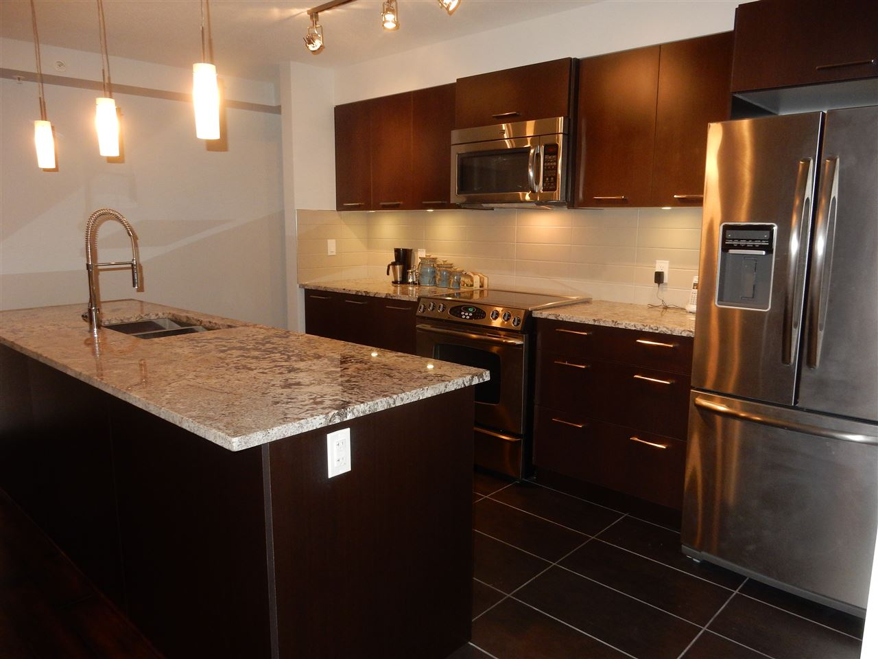 Photo 3: 312 5682 WHARF Avenue in Sechelt: Sechelt District Condo for sale (Sunshine Coast)  : MLS(r) # R2044638
