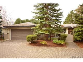 Main Photo: 917 2829 Arbutus Road in VICTORIA: SE Ten Mile Point Townhouse for sale (Saanich East)  : MLS(r) # 335210