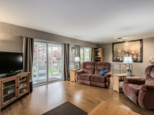 Photo 2: 4656 RAVINE Street in Vancouver: Collingwood VE House for sale (Vancouver East)  : MLS® # R2107811