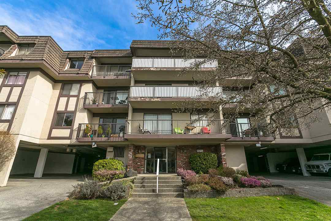 "Main Photo: 210 252 W 2ND Street in North Vancouver: Lower Lonsdale Condo for sale in ""Sandringham Mews"" : MLS®# R2244720"