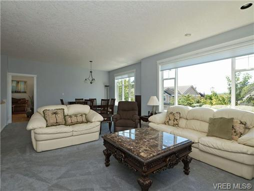 Photo 10: 845 Rogers Way in VICTORIA: SE High Quadra Single Family Detached for sale (Saanich East)  : MLS(r) # 354569
