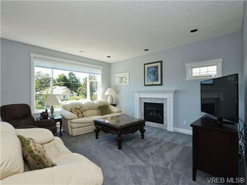 Photo 8: 845 Rogers Way in VICTORIA: SE High Quadra Single Family Detached for sale (Saanich East)  : MLS(r) # 354569