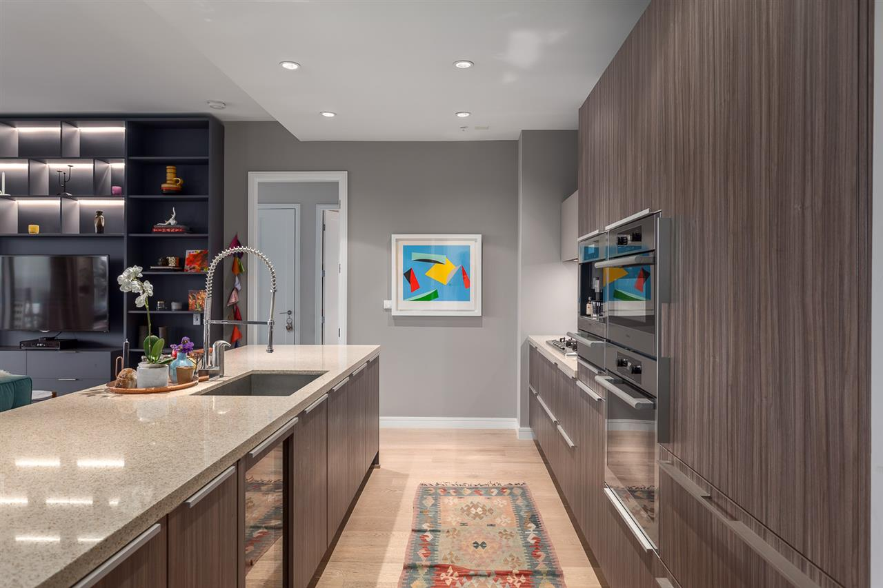 "Photo 10: 101 181 ATHLETES Way in Vancouver: False Creek Condo for sale in ""CANADA HOUSE"" (Vancouver West)  : MLS® # R2202225"