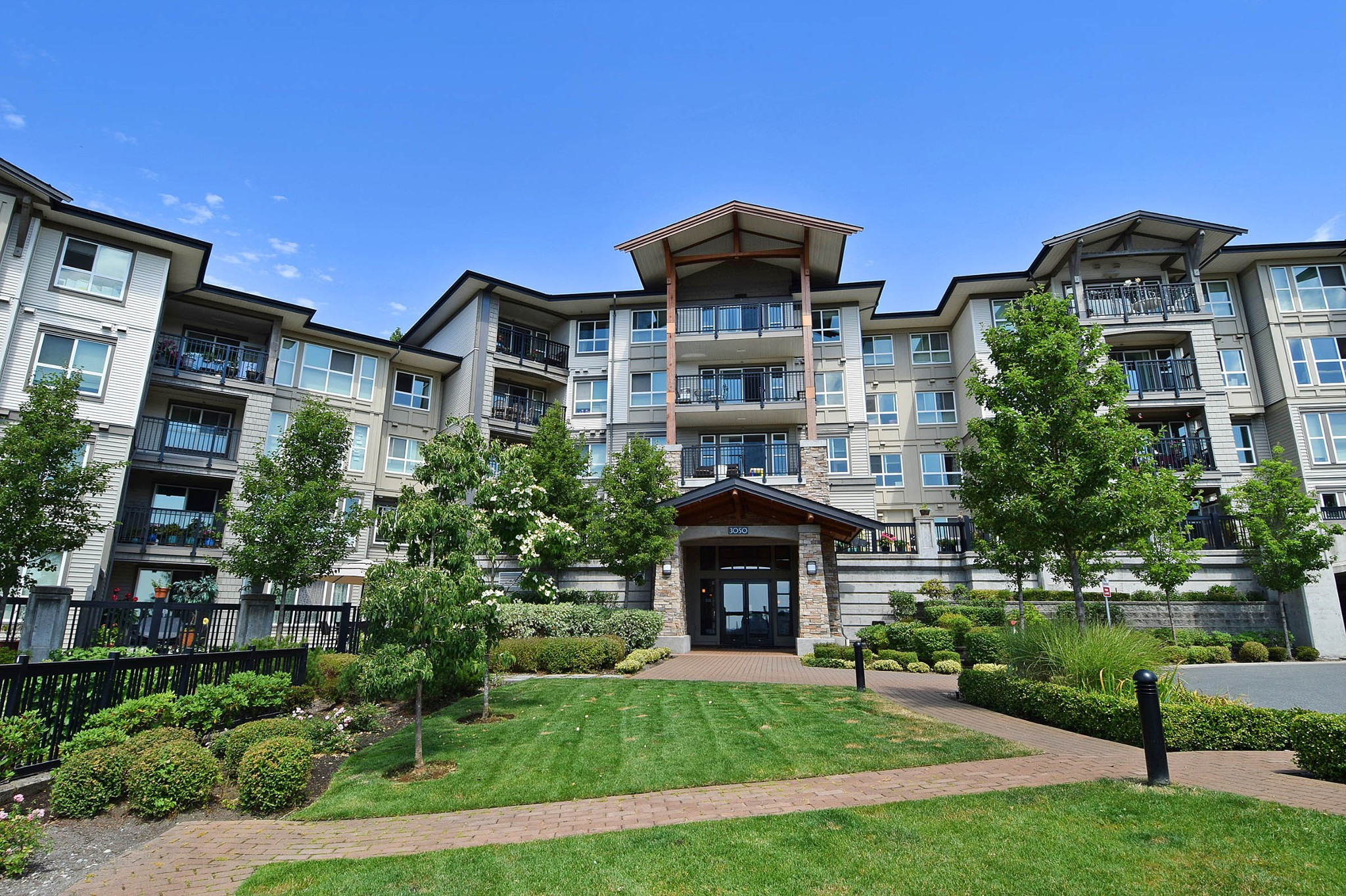 "Main Photo: 409 3050 DAYANEE SPRINGS Boulevard in Coquitlam: Westwood Plateau Condo for sale in ""THE BRIDGES"" : MLS®# R2226712"