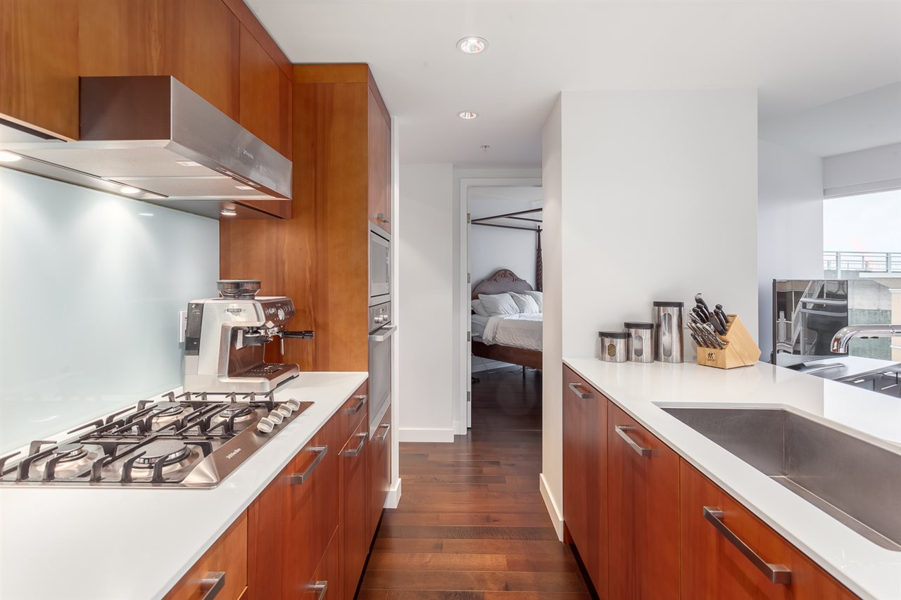 Photo 3: 305 1565 W 6TH Avenue in Vancouver: False Creek Condo for sale (Vancouver West)  : MLS® # R2129842