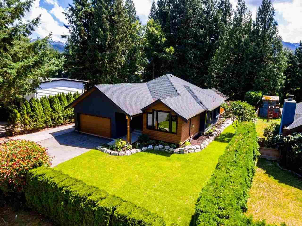 "Photo 2: 2594 PORTREE Way in Squamish: Garibaldi Highlands House for sale in ""GARIBALDI HIGHLANDS"" : MLS® # R2189837"