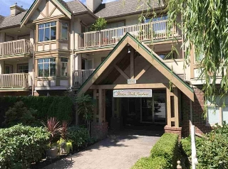 "Main Photo: 305 2059 CHESTERFIELD Avenue in North Vancouver: Central Lonsdale Condo for sale in ""Ridge Park Gardens"" : MLS® # R2199650"