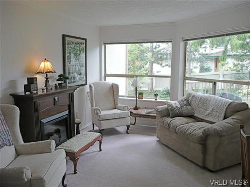Photo 2: 304 510 Marsett Place in VICTORIA: SW Royal Oak Townhouse for sale (Saanich West)  : MLS(r) # 278404