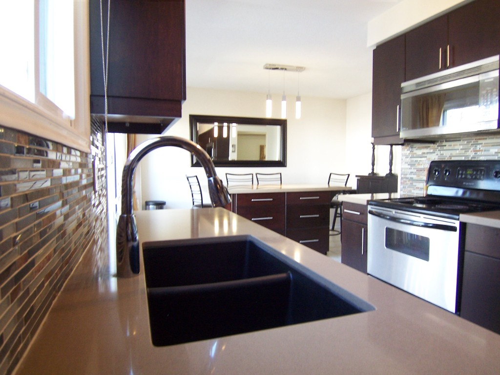 Photo 2: 11 2272 Mowat in Oakville: Condo for sale : MLS(r) # 2040890