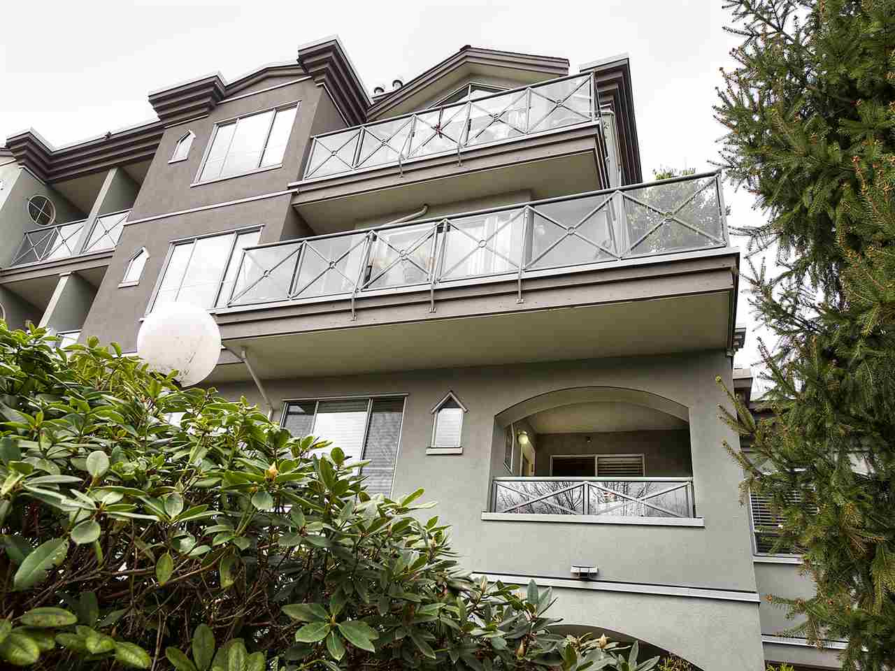 "Main Photo: 206 6475 CHESTER Street in Vancouver: Fraser VE Condo for sale in ""SOUTHRIDGE HOUSE"" (Vancouver East)  : MLS(r) # R2157081"