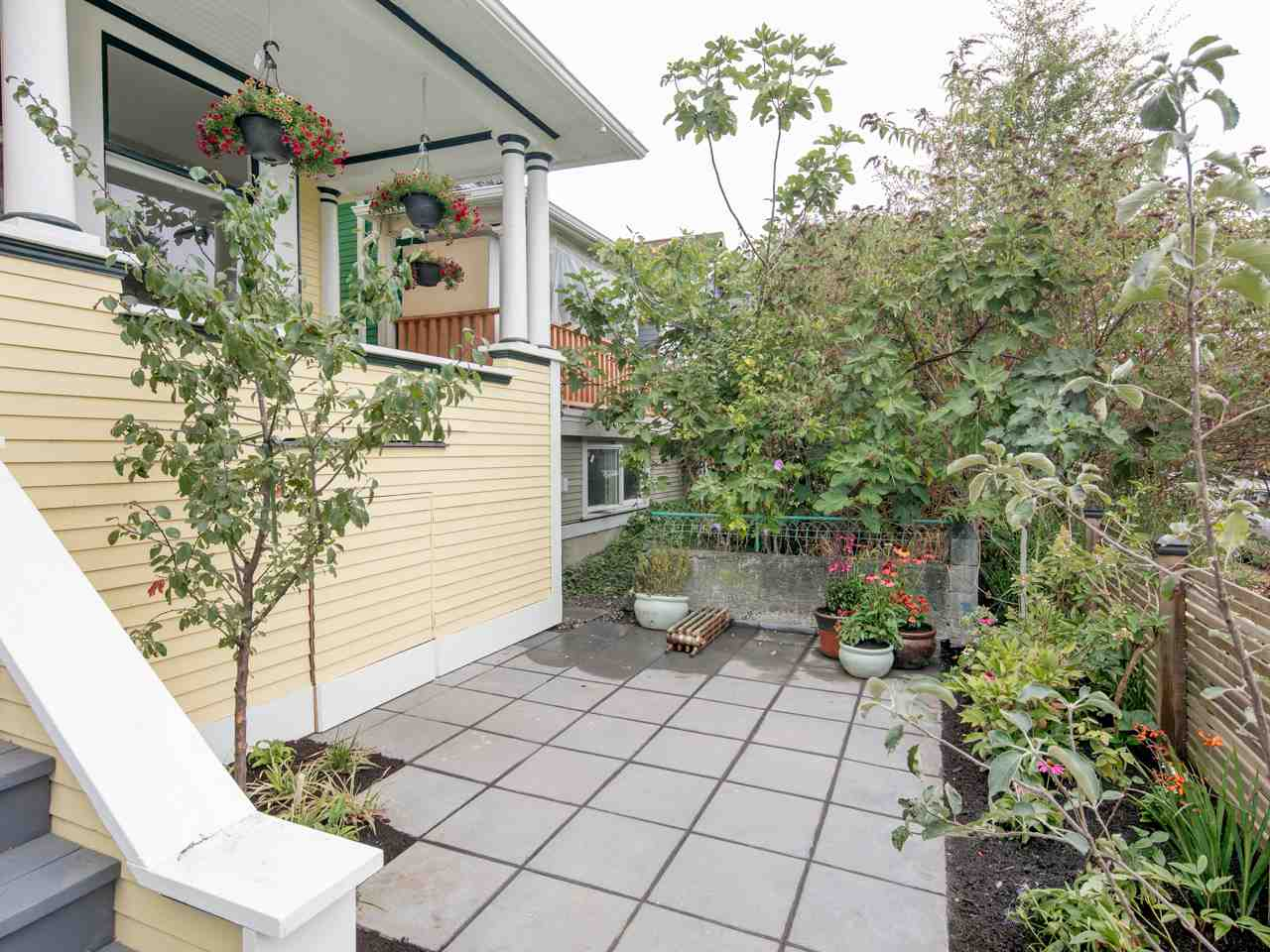Photo 2: 1137 E PENDER Street in Vancouver: Mount Pleasant VE House for sale (Vancouver East)  : MLS® # R2204220