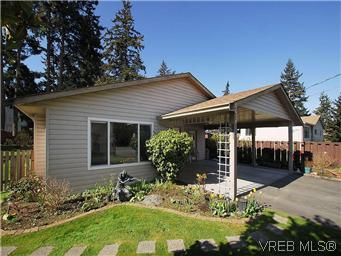 Photo 2: 709 Kelly Road in VICTORIA: Co Hatley Park Single Family Detached for sale (Colwood)  : MLS® # 292621