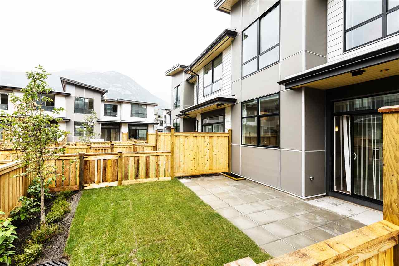 "Photo 3: 1222 SHANNON Lane in Squamish: Downtown SQ Townhouse for sale in ""The Falls at Eaglewind"" : MLS® # R2107690"