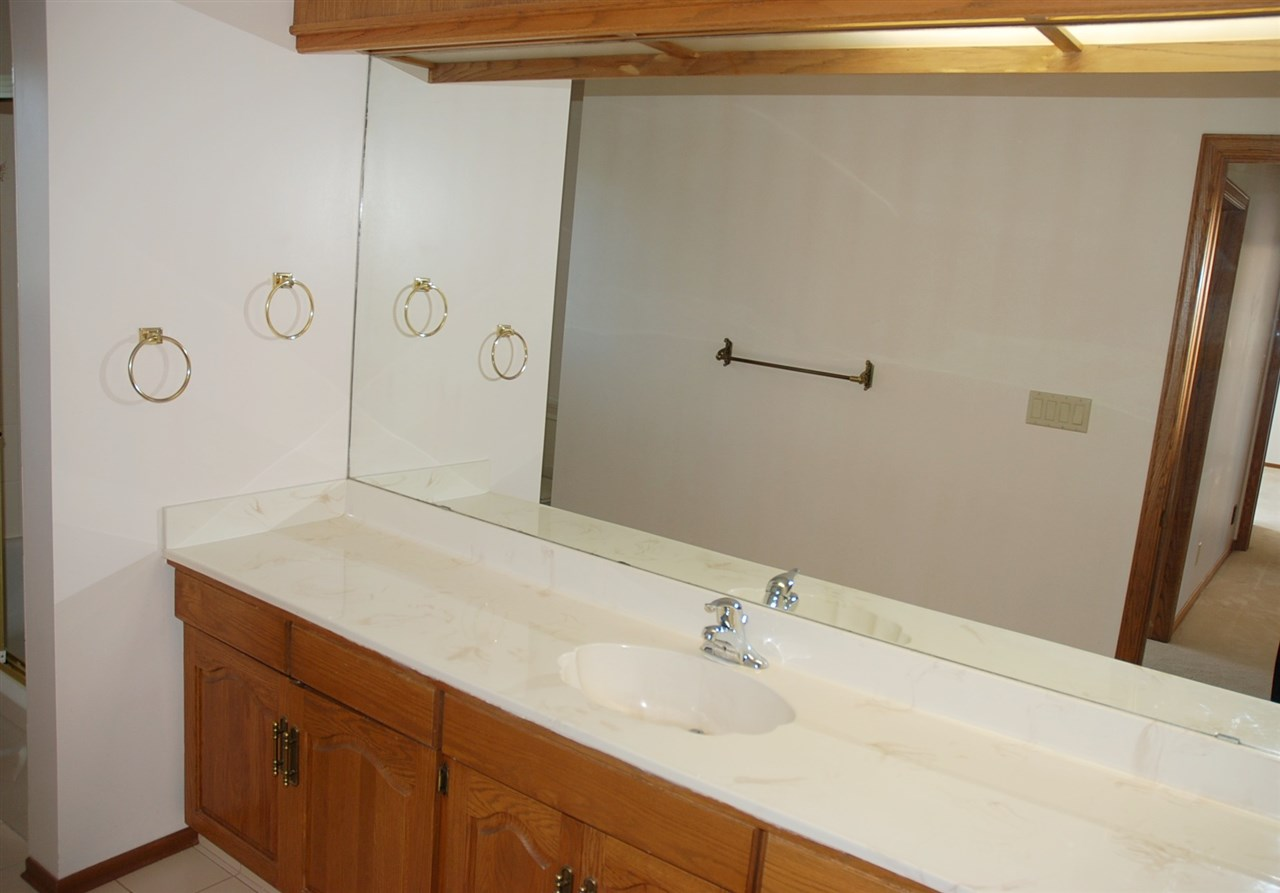 Upper level main bathroom - 4 piece