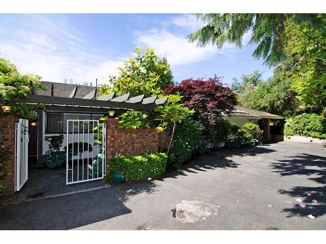 Photo 2: 91 BONNYMUIR Drive in West Vancouver: Glenmore House for sale : MLS(r) # V1127395
