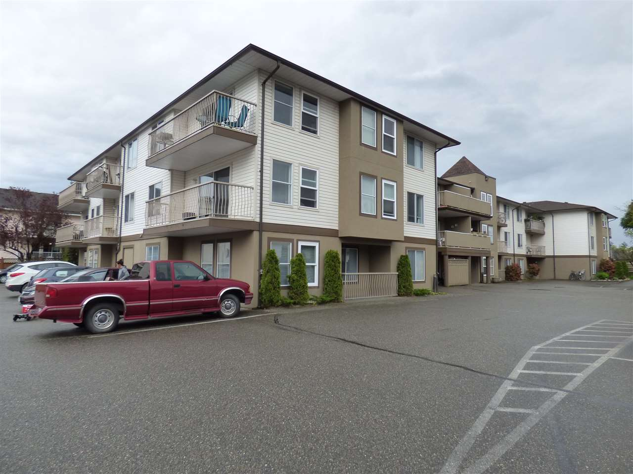 "Main Photo: 305 45702 WATSON Road in Sardis: Vedder S Watson-Promontory Condo for sale in ""Glendale Manor"" : MLS® # R2162561"
