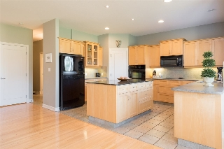 Ample cabinet storage space and prep space in this excellent kitchen...