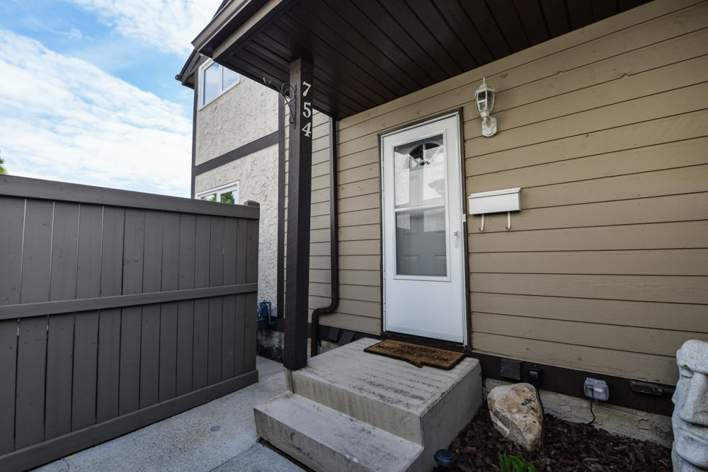Main Photo: 754 CLAREVIEW Road in Edmonton: Zone 35 Townhouse for sale : MLS(r) # E4066183