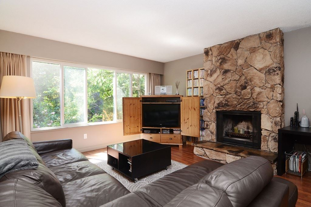 Photo 2: 1401 WINSLOW Avenue in Coquitlam: Central Coquitlam House for sale : MLS® # R2178308