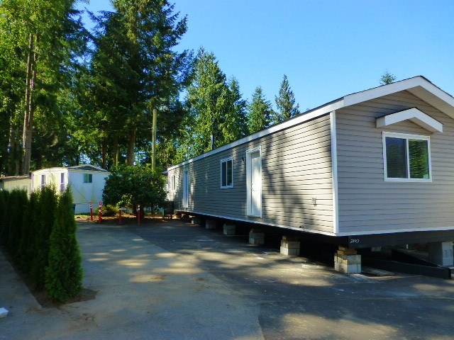 "Main Photo: 17 24330 FRASER Highway in Langley: Otter District Manufactured Home for sale in ""LANGLEY GROVE ESTATES"" : MLS® # R2168528"