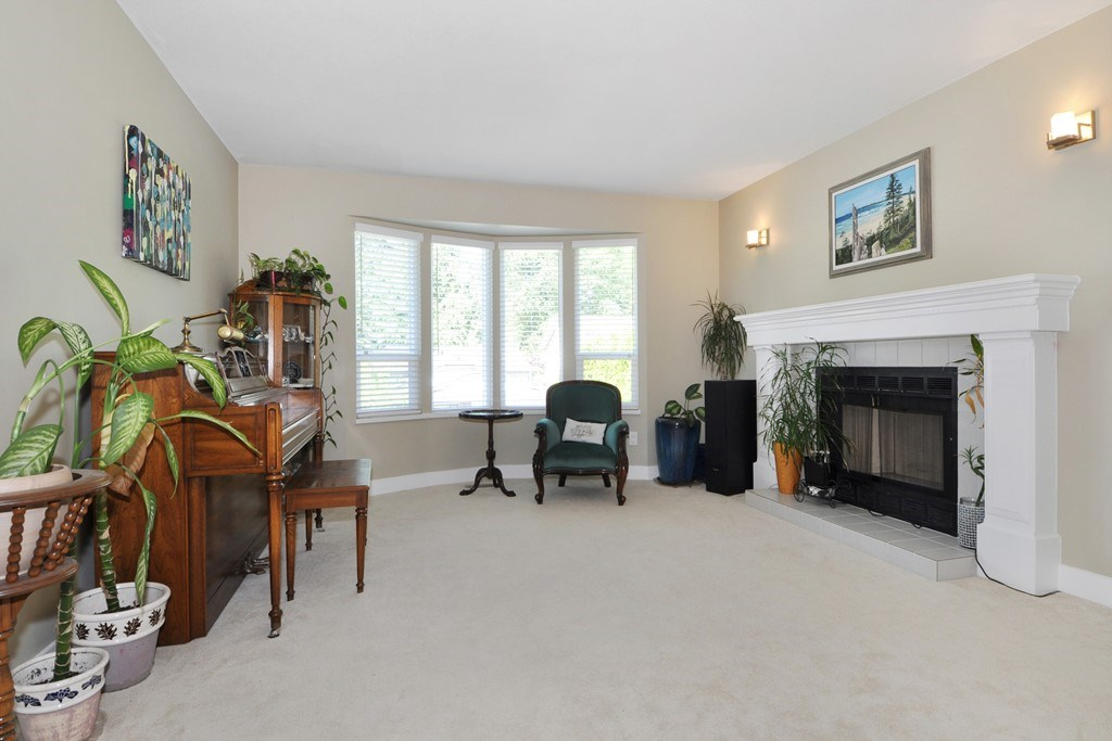 Photo 2: 3930 ROBIN Place in Port Coquitlam: Oxford Heights House for sale : MLS® # R2168956