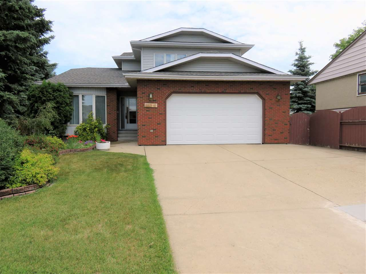 Frontal view of this 2Storey Home! Note the oversized 26x24 double garage with the long driveway for 4+vehicles!