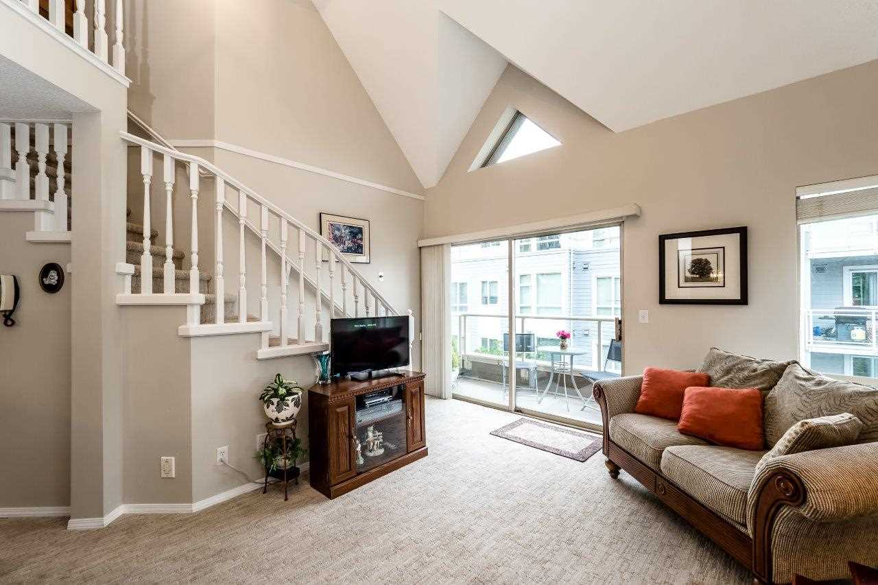 "Main Photo: 302 751 CHESTERFIELD Avenue in North Vancouver: Central Lonsdale Condo for sale in ""9 GABLES"" : MLS(r) # R2179358"