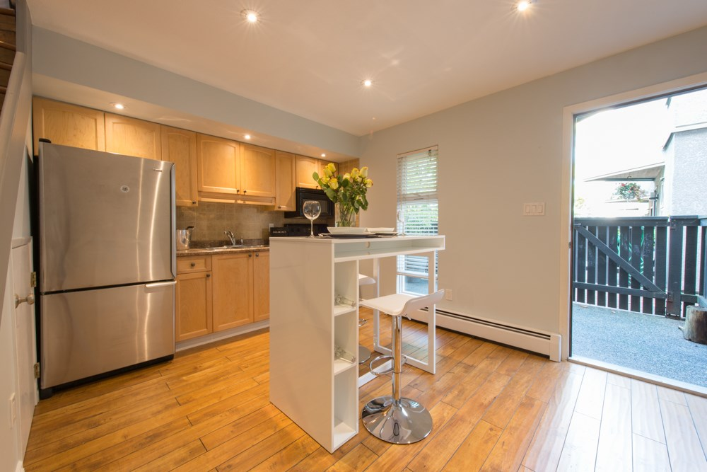 "Photo 2: 38 870 W 7 Avenue in Vancouver: Fairview VW Townhouse for sale in ""LAUREL COURT"" (Vancouver West)  : MLS(r) # R2002810"