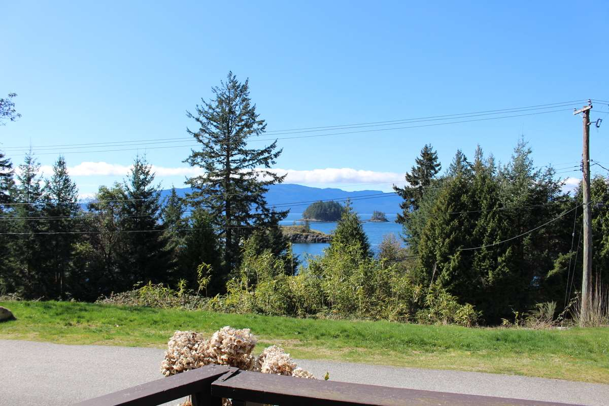 "Photo 13: Photos: 2 12248 SUNSHINE COAST Highway in Madeira Park: Pender Harbour Egmont Manufactured Home for sale in ""SEVEN ISLES TAILER COURT"" (Sunshine Coast)  : MLS® # R2151511"