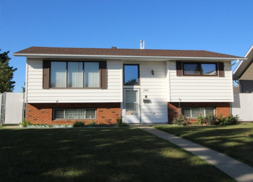 Main Photo: 1141 Lakewood Drive N in Edmonton: Zone 29 House for sale : MLS® # E4082581