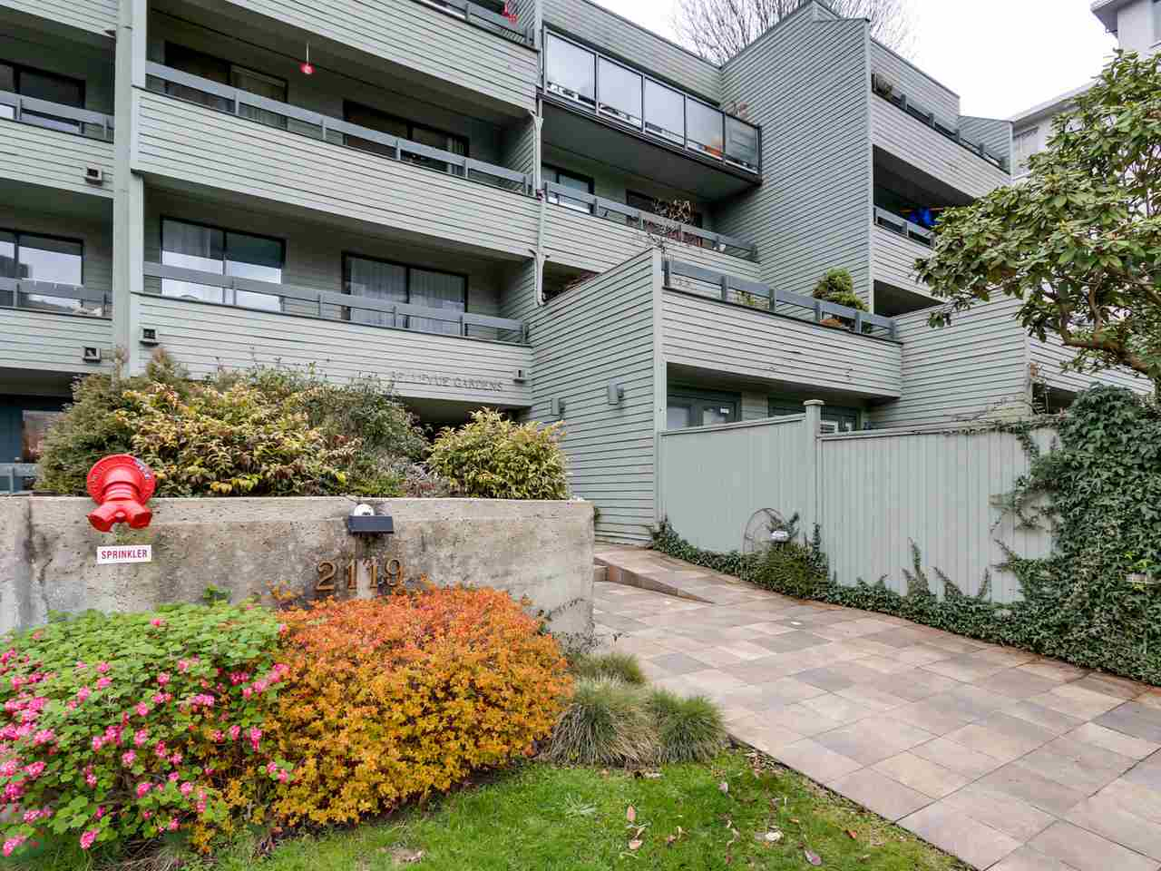"Main Photo: 306 2119 BELLEVUE Avenue in West Vancouver: Dundarave Condo for sale in ""BELLEVUE GARDENS"" : MLS® # R2048496"