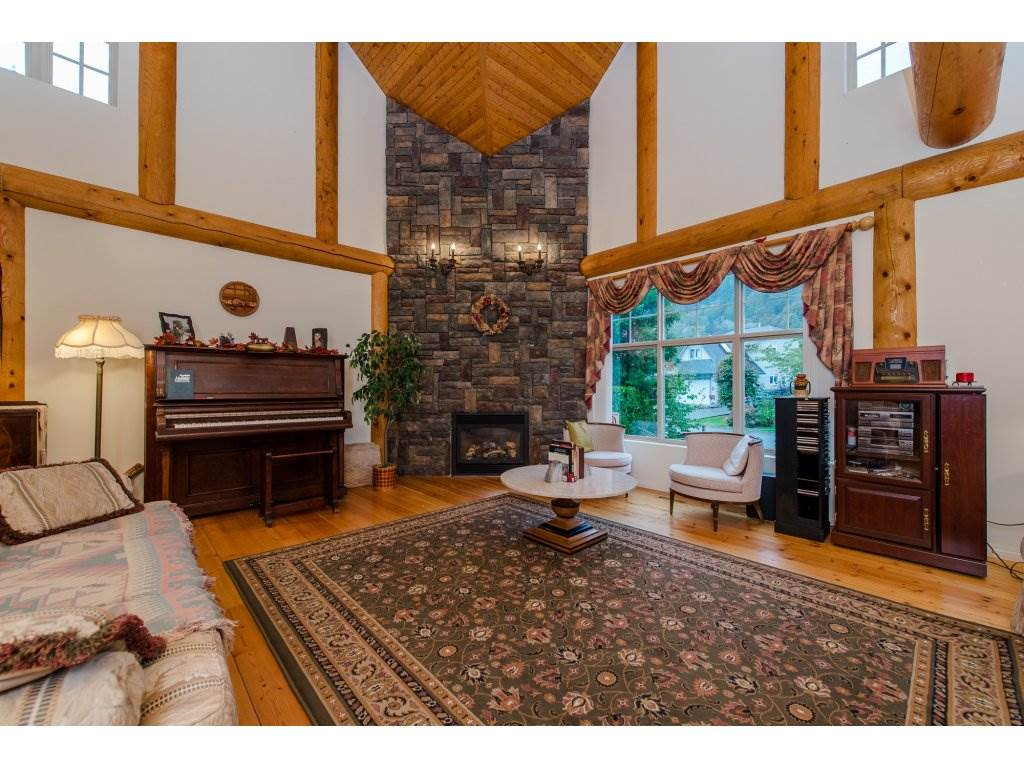 Photo 3: 857 MYNG Crescent: Harrison Hot Springs House for sale : MLS(r) # R2115824