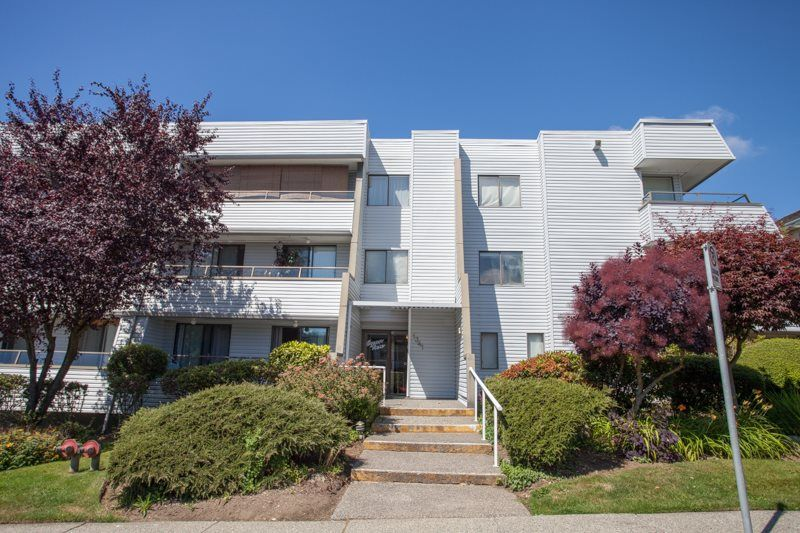 "Main Photo: 305 1341 GEORGE Street: White Rock Condo for sale in ""OCEANVIEW"" (South Surrey White Rock)  : MLS®# R2215870"