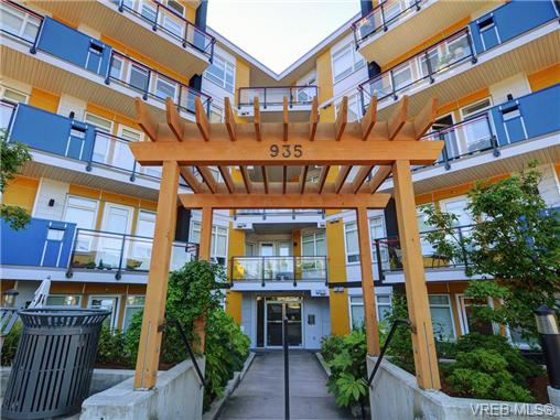 Photo 2: 401 935 Cloverdale Avenue in VICTORIA: SE Quadra Condo Apartment for sale (Saanich East)  : MLS® # 368074