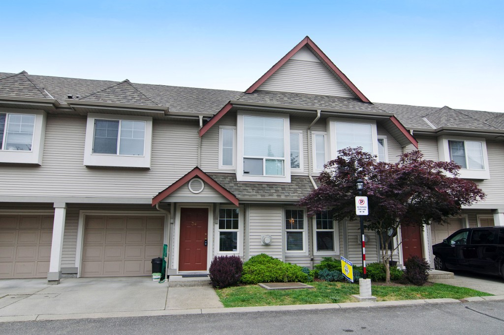 "Main Photo: 34 23085 118 Avenue in Maple Ridge: East Central Townhouse for sale in ""SOMMERVILLE GARDENS"" : MLS® # R2072694"